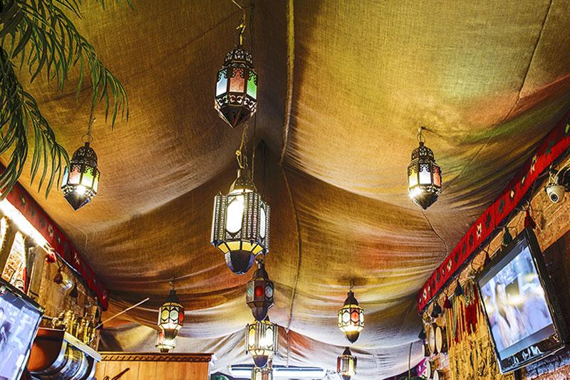 Restaurante de comida arabe, libanesa y marroqui. Arcos, mosaicos y cerámicas te transportaran al fascinante oriente medio, al más estilo árabe